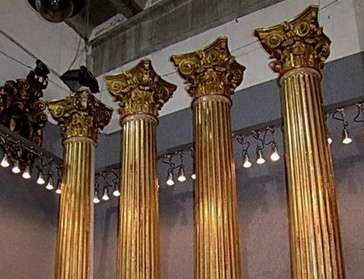 colonne laccate e dorate su base legno  grandi dimensioni  capitelli scolpiti