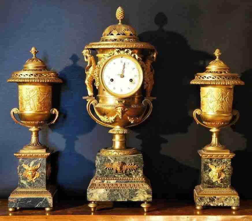 Trittico orologio e incensieri in bronzo dorato Claude Galle