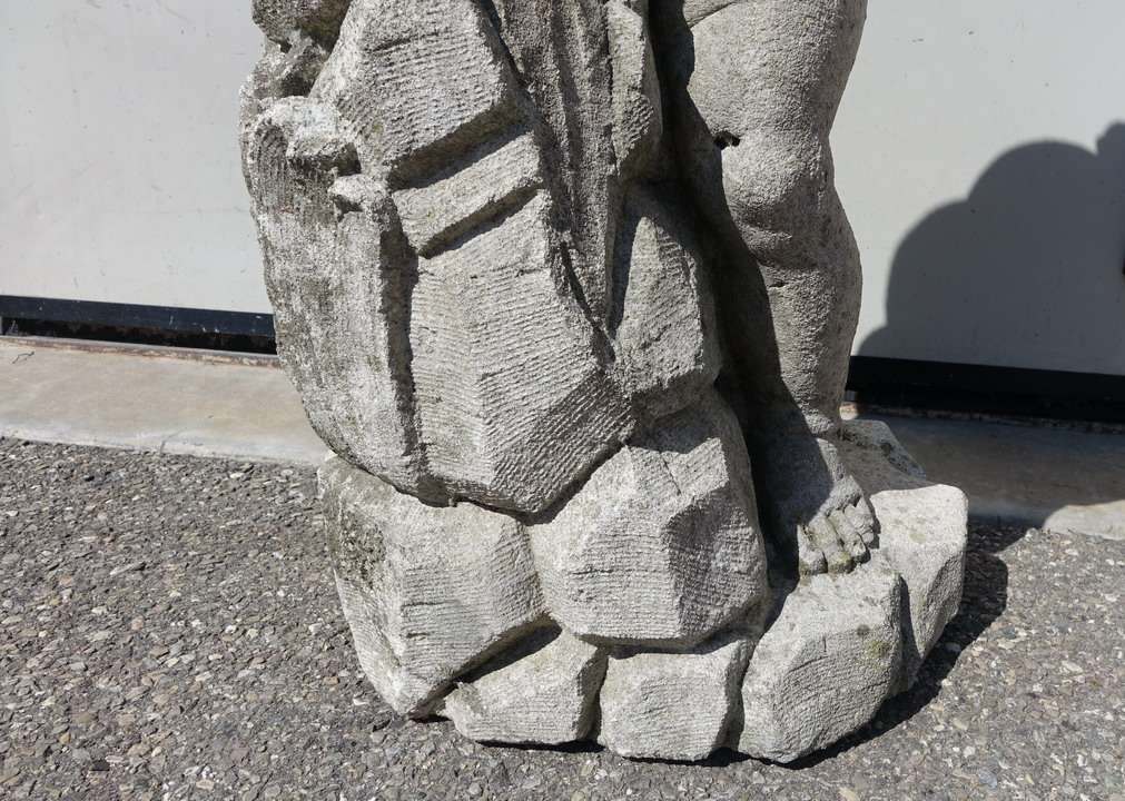 18statua pietra
