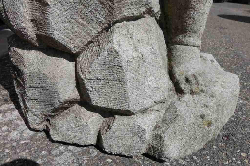 26statua pietra