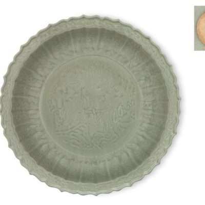 PIATTO CELADON CINA – A LARGE LONGQUAN CELADON-GLAZED CARVED BARBED-RIM DISH