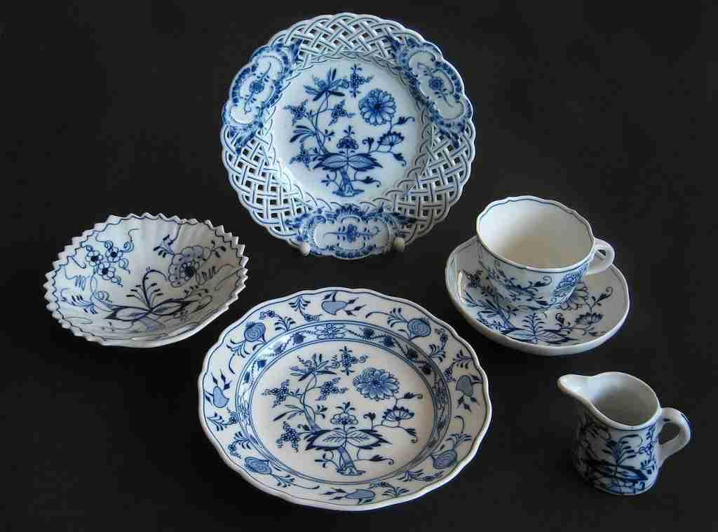 Alcuni pezzi di vasellame da intorno al 1900 con il modello cipolla blu