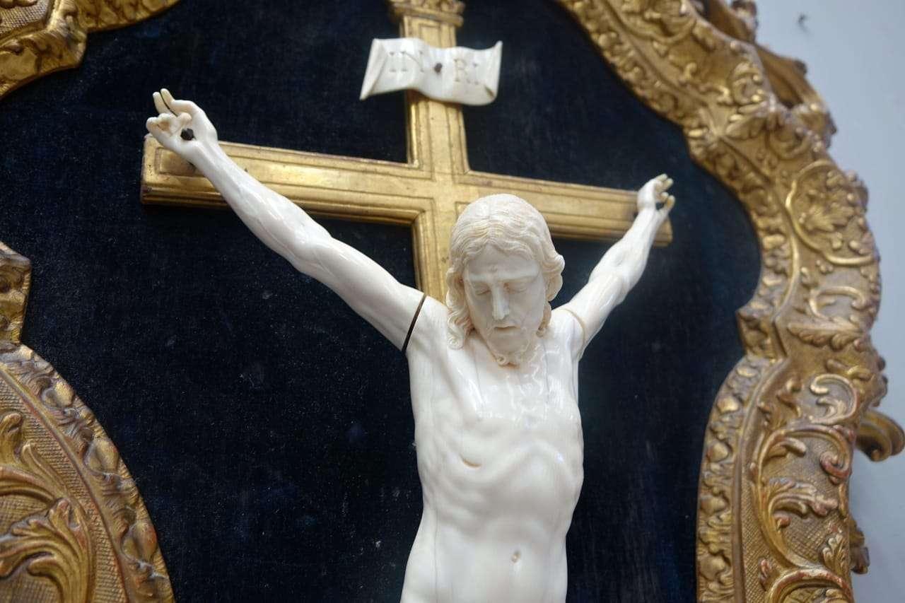 cristo in avorio cornice con crocifisso