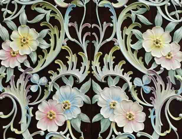 Coppia di ante Porta decorata con fiori scolpiti e laccati