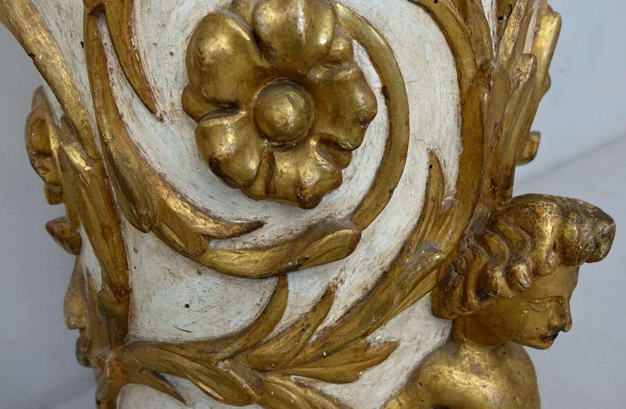 Colonna portastatua in legno laccato e dorato