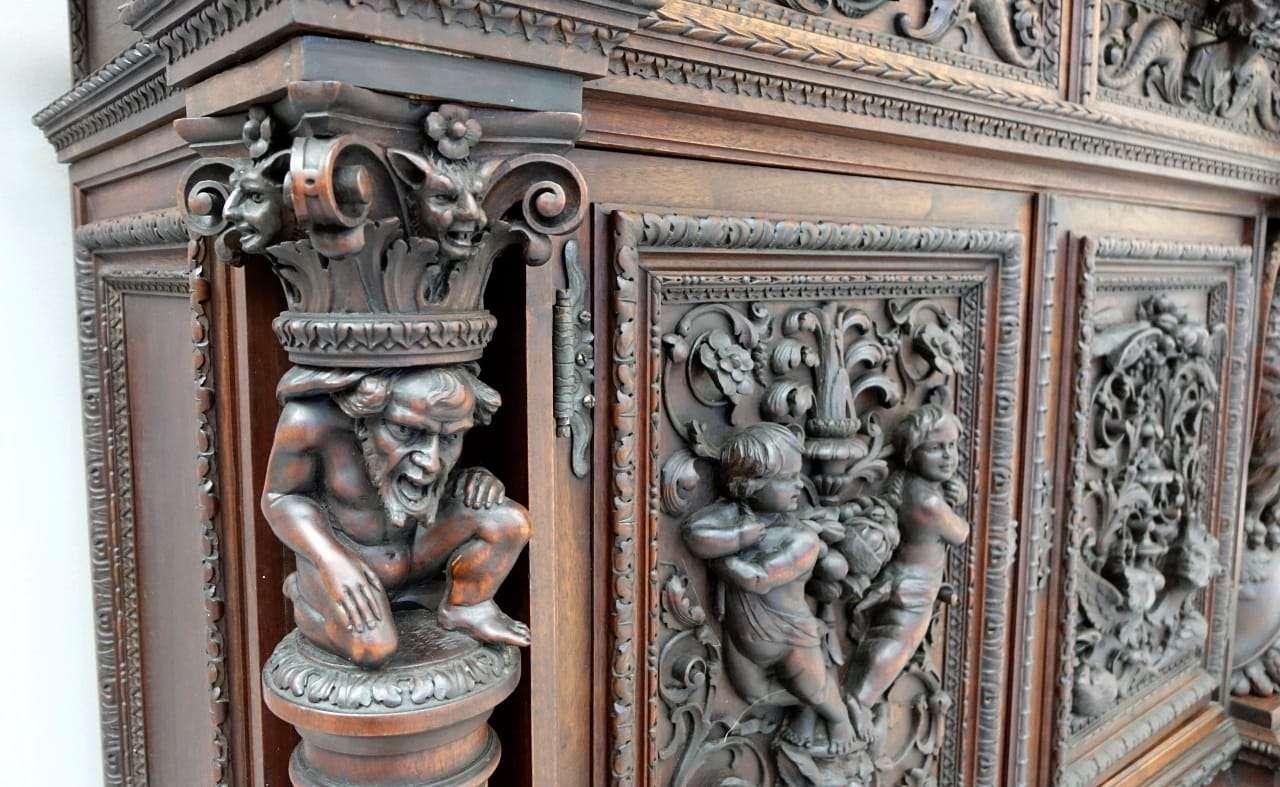 Credenza 4 ante con sculture rinascimento noce scolpito