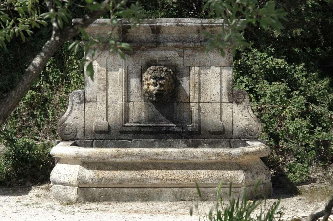 Fontana vasca scolpita in pietra di lecce