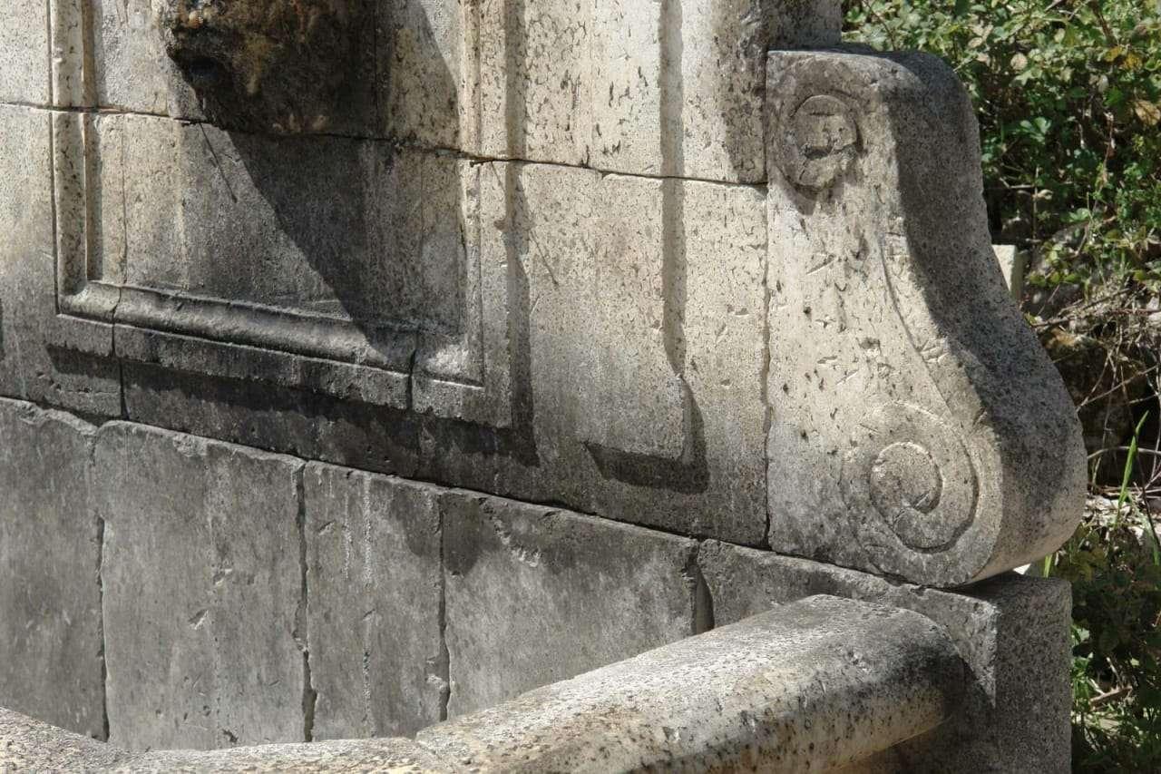 Fontana vasca scolpita in pietra di lecce for Arredo giardino lecce