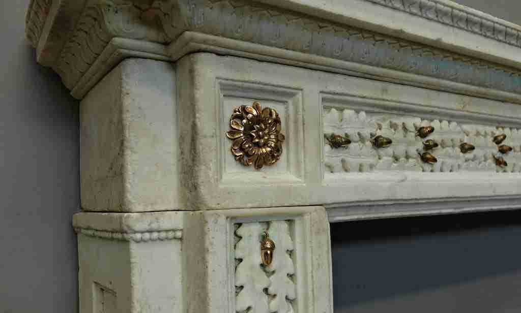 Camino In Marmo Bianco : Camino di marmo bianco u foto stock demoded