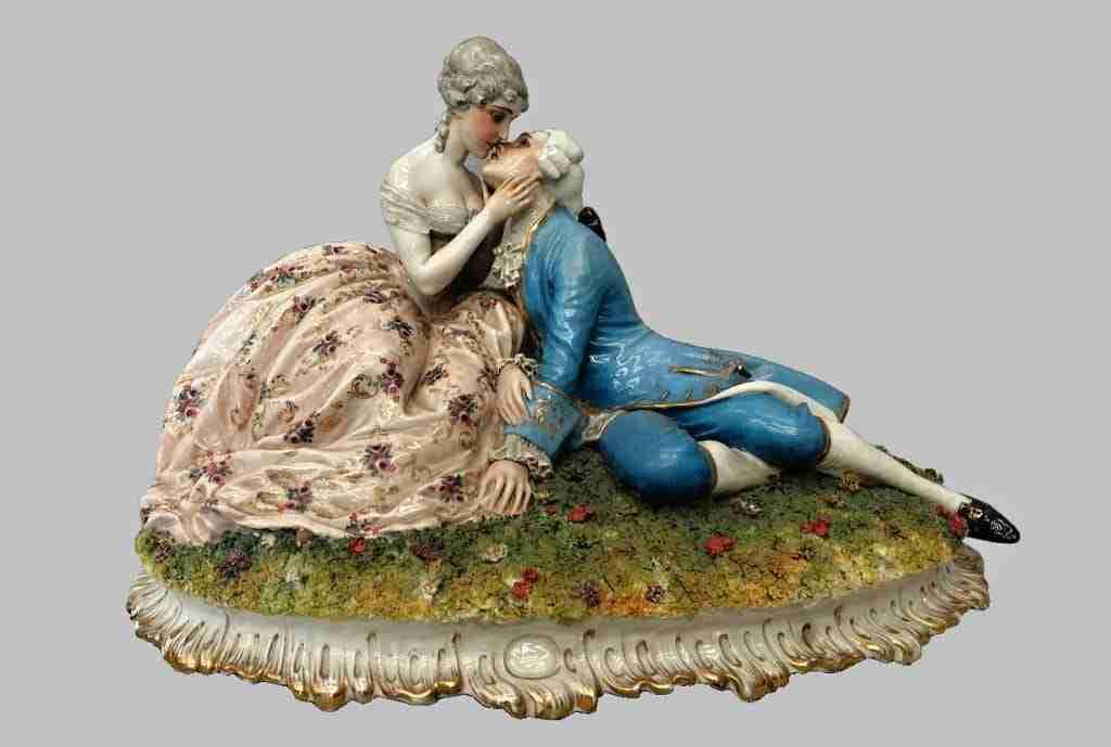 Scultura ceramica firmata Luigi Fabris scena galante