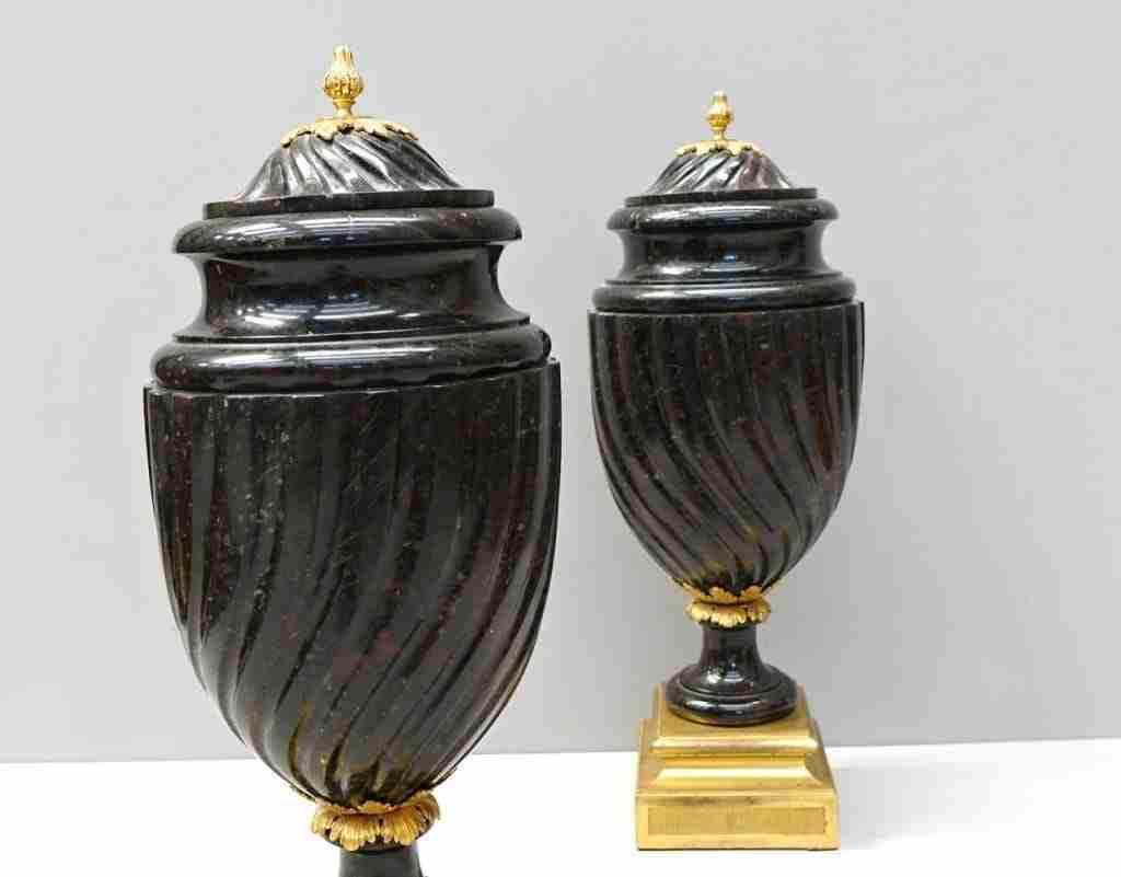 Coppia di vasi in porfido e bronzo