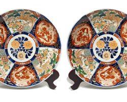 Coppia di piatti in porcellana Imari - grandi dimensioni, Cina fine 800