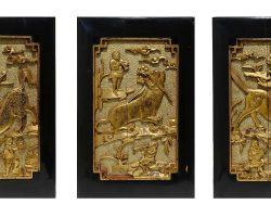 Gruppo di tre pannelli legno dorato intagliati cinesi, Cina epoca 800
